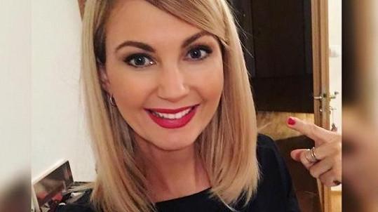 Sandra Parmová o 10 centimetrů zkrátila vlasy.
