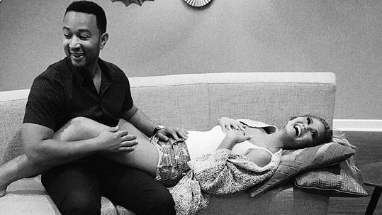 Chrissy Teigen prostřednictvím tohoto snímku oznámila, že s manželem Johnem Legendem čekají dítě