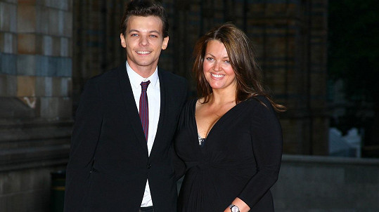 Louis se svou mámou Johannah loni v srpnu...