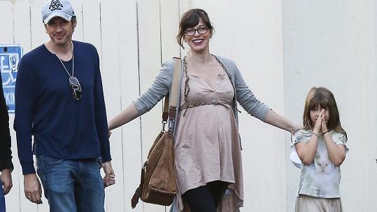Na Mille Jovovich už je těhotenství hodně vidět.