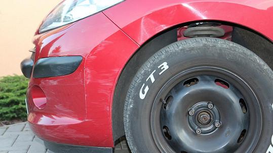 Auto, které měl při couvání poškodit Jan Kraus. K vině se nehlásí.