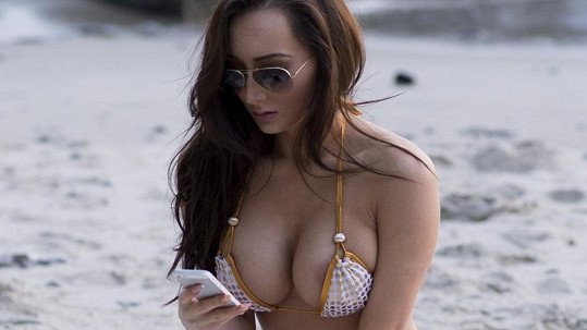 Amy Markham nemohla své přednosti vtěsnat do plavek.