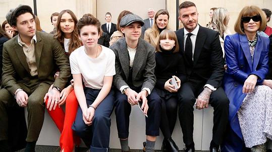 Rodina Beckhamových pěkně pohromadě v první řadě přehlídky. A Anna Wintour hned vedle.