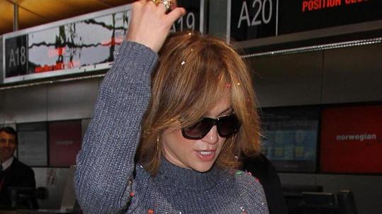 Všichni až na Jennifer se nečekané akci s konfetami pousmáli...
