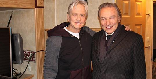 Karel Gott a Michael Douglas pózují na společné fotce.