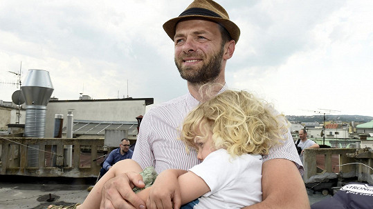 Syn Mikuláš v otcově náruči dřímal.