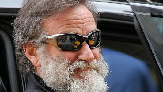 Robin Williams vypadá jak bezdomovec.