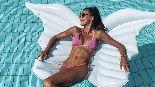 Nikol Švantnerová se v bazénu vznáší jako anděl na křídlech.