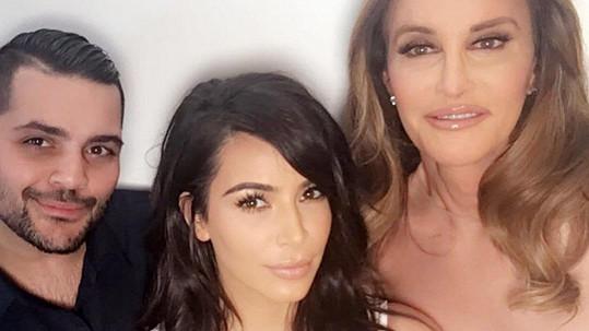Kim s Caitlyn Jenner a módním návrhářem Michaelem Costellem, jenž se postaral o šaty Caitlyn.