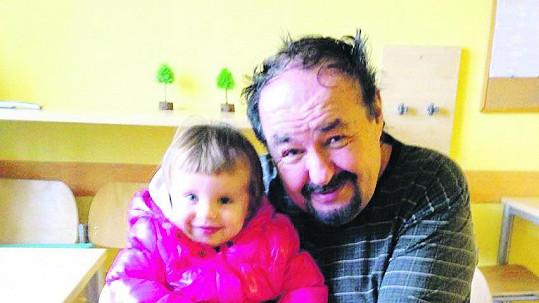 Petr Novotný s vnučkou na první fotce po mozkové mrtvici