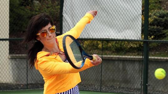 Monika Fialková v tenisovém oblečku svítila na kurtu jako žárovka.
