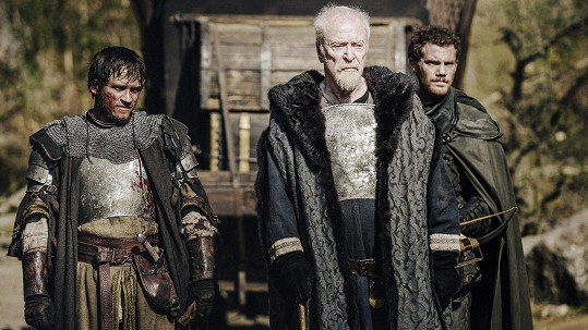 Je to jen pár dnů, co se oscarový herecMichael Caine (uprostřed) rozloučil na hradě Křivoklát s kolegy i se štábem filmu Jan Žižka.