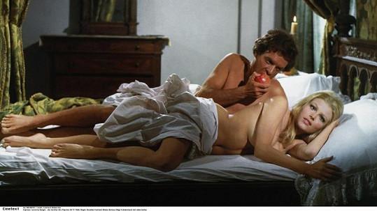 Takhle Olga odhalila své běloskvoucí tělíčko ve filmu Lucrezia Borgia.