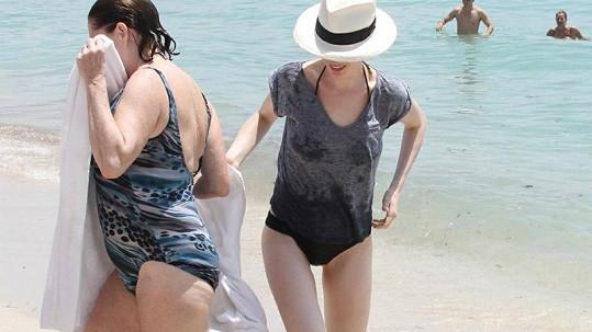 Anne Hathaway s maminkou v Miami.