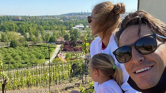 Karolína Plíšková a Michal Hrdlička s dcerou