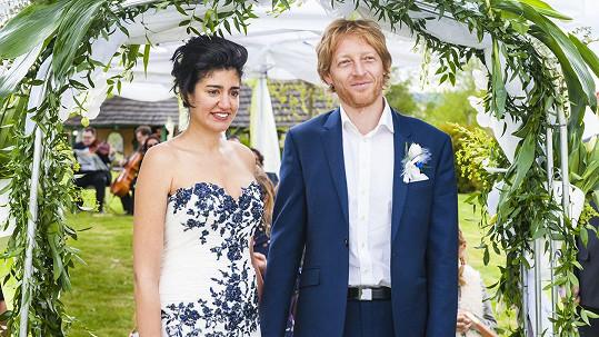 Karel Janeček a jeho žena Mariem Mhadhbi čekají dítě.