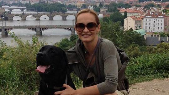 Monika se svým psem Jonášem na nedávné procházce.
