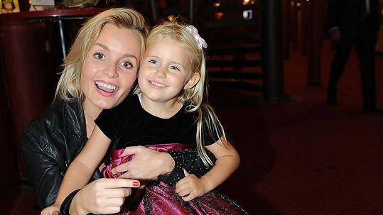 Janečkova dcera Alice se těší na miminko. Na snímku se sestrou Emily