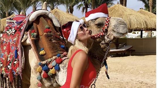 Bára Mottlová posílá vánoční pozdrav z pláže s velbloudem.