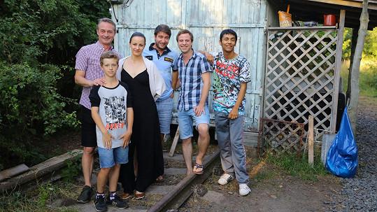 Bendig (úplně vpravo) se na natáčení potkal s Jiřím Dvořákem nebo Markem Němcem.
