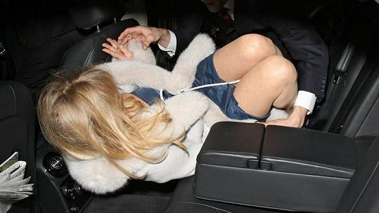 Manažer se marně snaží usadit Goldie Hawn do vozu.