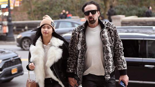 Nicolas Cage se novým vztahem netají.