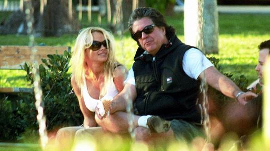 Idylka s producentem Jonem Petersem Pamele Anderson dlouho nevydržela.