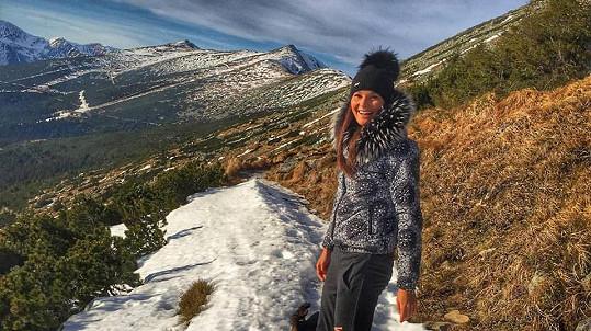 Nikol Švantnerová je v Nízkách Tatrách, sníh moc ne.