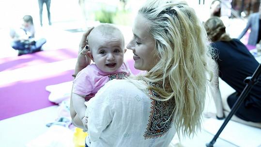 Manželka Tomáše Kluse s nejmladší dcerou