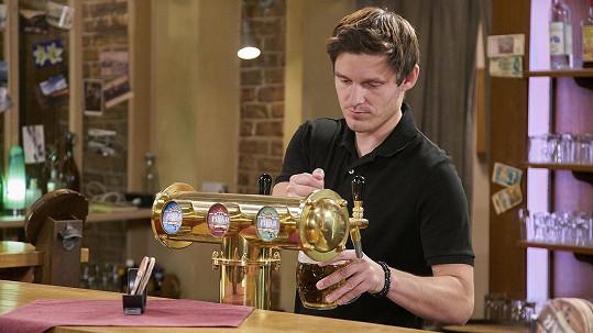Jako seriálový barman nemá problém s čepováním piva.