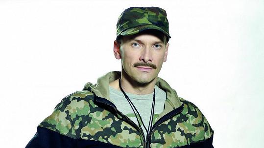Tohle není východoněmecký herec filmu pro dospělé, ale tělocvikář Aleš Nezval ze seriálu Gympl s (r)učením omezeným.