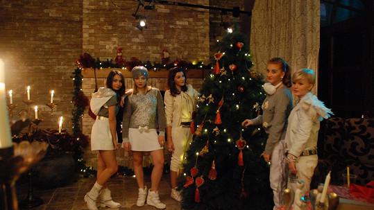 Holky z 5Angels už letos měly první Vánoce.