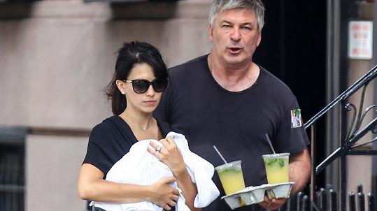 Alec Baldwin s manželkou a čerstvým miminkem