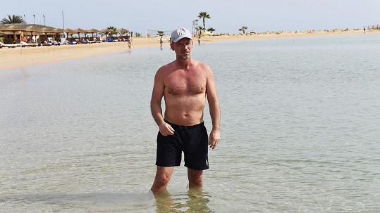 Zdeněk Hrubý si užívá slunce a moře.