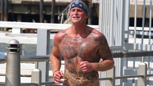 Cameron Douglas ukázal tetování.