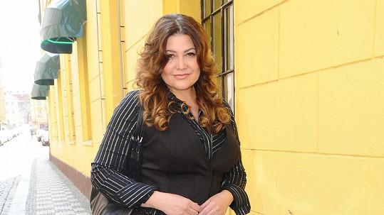 Ilona Csáková vypadá i s kily navíc skvěle.