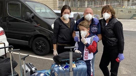 Michal David se s rodinou vrátil domů.