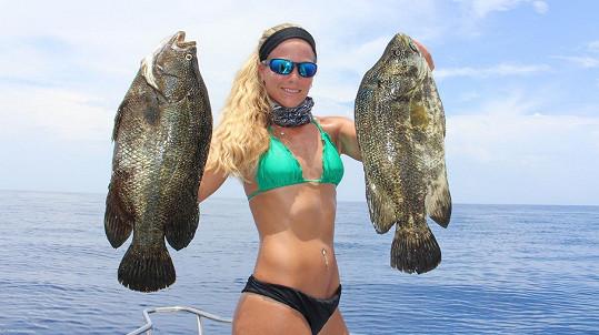 Darcie Arahill chytá ryby zásadně v bikinách.