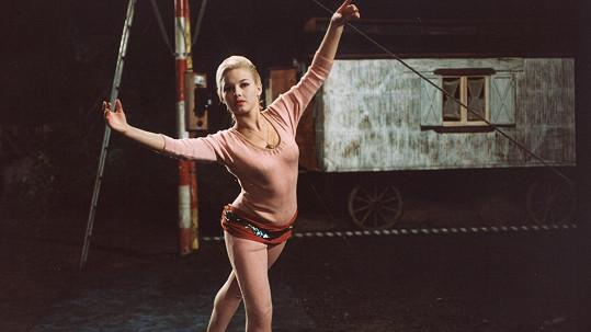 Devatenáctiletá Jana Preissová jako provazochodkyně Anna ve filmu Rozmarné léto (1967).