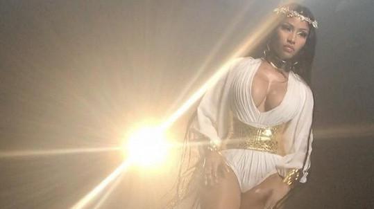 Nicki v tomto kostýmu avizovala vznik dvou nových písní, které vyjdou na chystaném albu DJ Khaleda.