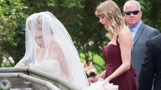 Popová hvězda Taylor Swift v roli družičky