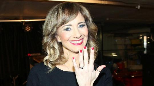 Daniela Šinkorová se po 4 měsících po svatbě nechala konečně fotit se snubním prstenem.