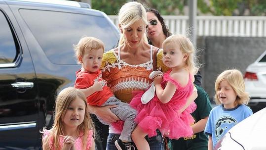 Tori Spelling a její čtyři děti