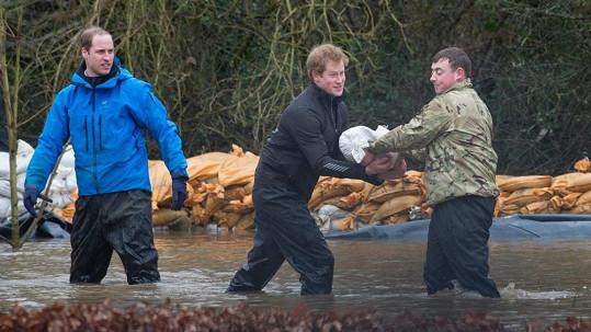William s Harrym pomáhali uchránit vesnici Datchet před povodněmi.