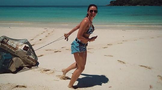 Veronika Arichteva na dovolené v Thajsku uklízí odpadky.