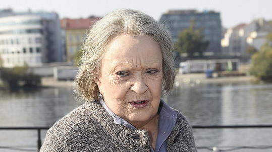 Jiřina Bohdalová pod rukama maskérů zestárla.