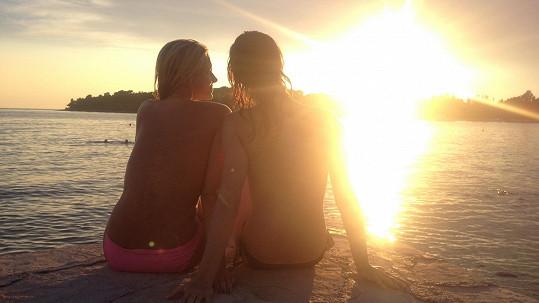 Moderátorky Michaela Šmídová (vlevo) a Iveta Kořínková obdivovaly západ slunce nahoře bez.