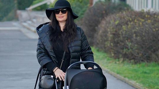 Jitka Čvančarová na procházce se synem