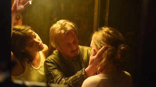 Eva Doležalová ve filmu se Seanem Pennem
