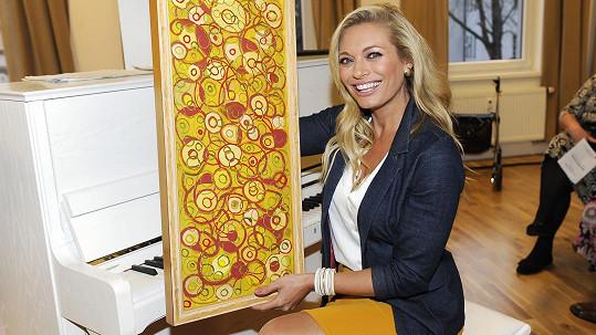 Lucie Borhyová s vlastnoručně namalovaným obrazem